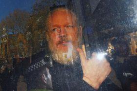 Асанж се пожали дека не може да ја следи постапката за екстрадиција: Во ова учествувам како да гледам Вимблдон
