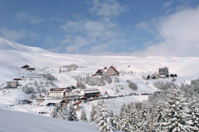Попова Шапка и со малку снег полна со гости