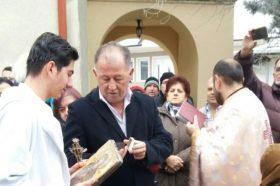 Средношколецот Бранко Силјановски го фати светиот крст во Дебар