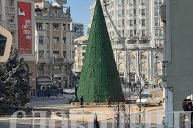 Се раскитува новогодишната елка на плоштад (ФОТО)