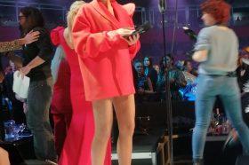 Наташа Беквалац на црвениот тепих во краток сако-фустан, а сандалите се посебна приказна