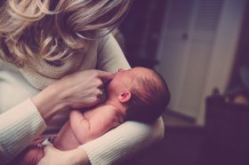 Како да си играте со вашето бебе од 0 до 6 месеци?