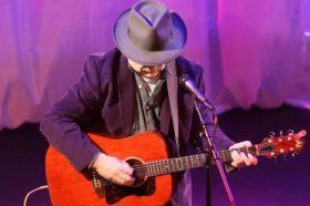 """Шок на сцена! Пејач почина на неговиот настап: """"Прекина со свирење, се извини и ја спушти главата""""… (ФОТО)"""