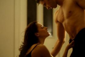 Експлицитни сцени кои им се тешки дури и на искусните актери: Оваа жена знае како да ги опушти