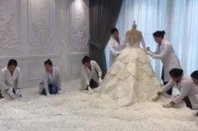 """За анонимна клиентка од Абу Даби направено е чудо од венчаница: На неа има преку 200.000 """"Сваровски"""" кристали! (ВИДЕО)"""