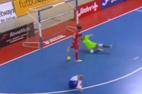 Ова е фер плеј: Намерно промаши празен гол откако виде повреден противник (ВИДЕО)