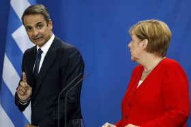 Меркел и Мицотакис телефонски разговараа во пресрет на конференцијата во Берлин за Либија
