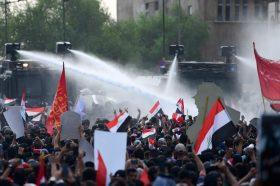 Протести во Багдад: Еден загинат, 25 повредени во судири на полицијата и демонстрантите