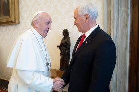 """Мајк Пенс се сретна со папата Франциск во Ватикан – """"Ова е за мојата мајка"""""""