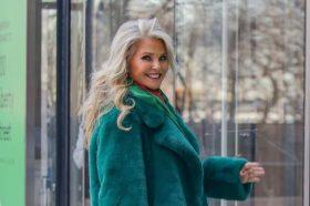 Инспирација за сите генерации: Кристи Бринкли (65) демонстрираше како изгледа совршениот стајлинг за ладни денови! (ФОТО)