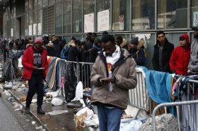 Отстранет камп во Париз, евакуирани над 1.400 мигранти и бегалци