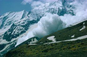Седум исчезнати во лавина на непалските планини