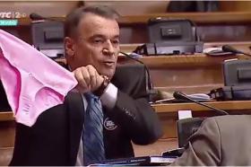 Скандал во српскиот Парламент: Радикалите вербално нападнаа министерка – ѝ подарија розови гаќи