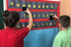 Општина Ѓорче Петров донесе одлука: Децата и наставниците на час, без мобилен
