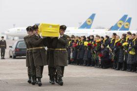 Солзи во очите и цвеќиња во рацете: Пречекани телата на загинатите Украинци