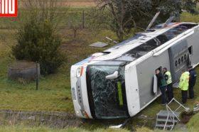 Две деца загинаа, 20 повредени откако школски автобус излета од пат во Германија (ВИДЕО)