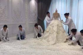 """ЧУДО ОД ВЕНЧАНИЦА: Фустанот за анонимна клиентка од Абу Даби содржи 200.000 """"Сваровски"""" кристали (ВИДЕО)"""