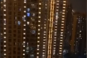 Жителите на Вухан од зградите ја пејат химната (ВИДЕО)