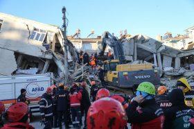 Земјотрес во Турција: Жена и дете спасени од под урнатините