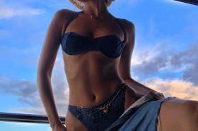 Една од најубавите жени на планетата позираше топлес, а кога ќе ја видите мокра покрај огледало… (ФОТО)