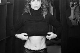 Поранешната девојка на Џорџ Клуни уживаше на ревија во Милано, но погледнете што ѕиркаше под нејзиното сако (ФОТО)
