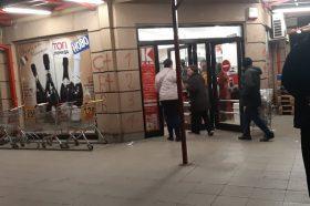 Македонците започнаа да ги празнат продавниците (ФОТО)