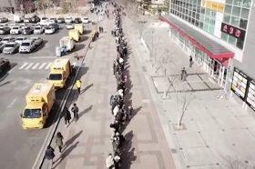 Несекојдневни слики од Јужна Кореја: Илјадници луѓе чекаат ред за да купат маски (ВИДЕО)
