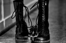 Од војнички до трендовски чизми: Како мартинките станаа и останаа моден тренд?