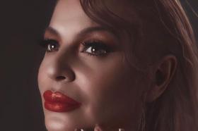 Македонската Џеј Ло – Пејачката Елена Велевска го покажа бујното деколте (ФОТО)