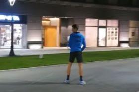 СЕКОЈА ЧЕСТ: Ѓоковиќ пред зграда во Белград игра тенис! (ВИДЕО)