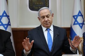Не е некултурен, само внимателен: Нетанјаху повеќе не се ракува со поддржувачите