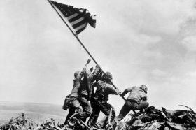 Поминаа 75 години од познатата битка за Иво Џима: За 36 дена загинаа 28.000 војници (ВИДЕО)