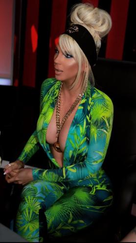 Карлеуша во стилот на Џенифер Лопез: Пејачката во секси издание повторно го привлече вниманието кај јавноста (ФОТО)
