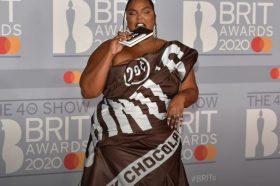 """Лизо на доделувањето на наградите се појави во """"омот од чоколадо"""", а сите ги коментираа нејзините нокти (ФОТО)"""