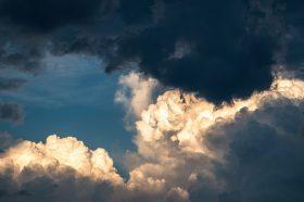 Променливо облачно време со умерен до засилен северен ветер