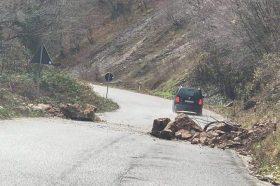 Одрони и влажни коловози во дебарско – се препорачува внимателно возење