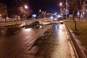 Силен ветер во Скопје вечерва корнеше покриви од згради и дрва (ФОТО+ВИДЕО)