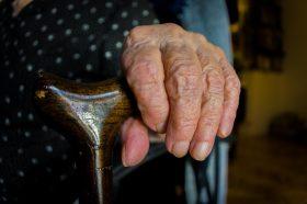 Старите лица ќе добиваат нега дома на државен трошок