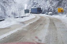 Поради снег забрана за камиони на патот од Маврово кон Дебар