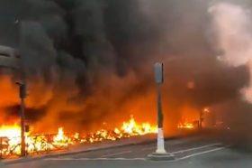 ПОЖАР ВО ПАРИЗ: Запален скутер и повеќе возила во близина на железничката станица (ВИДЕО)
