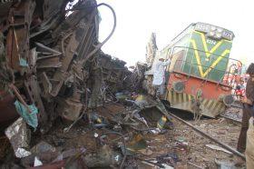 Судир на автобус и воз во Пакистан, најмалку 14 загинати