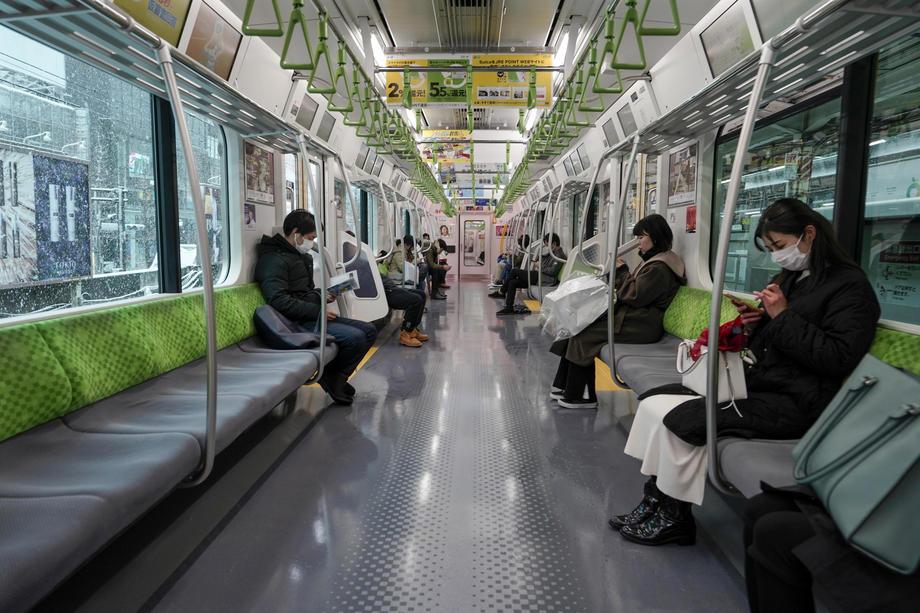 Луѓето одржуваат дистанца додека се возат во јавен превоз / 29 март 2020 / Токио, Јапонија / EPA-EFE/KIMIMASA MAYAMA