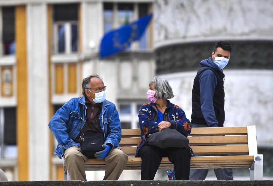 скопје луѓе пензионери клупа плоштад