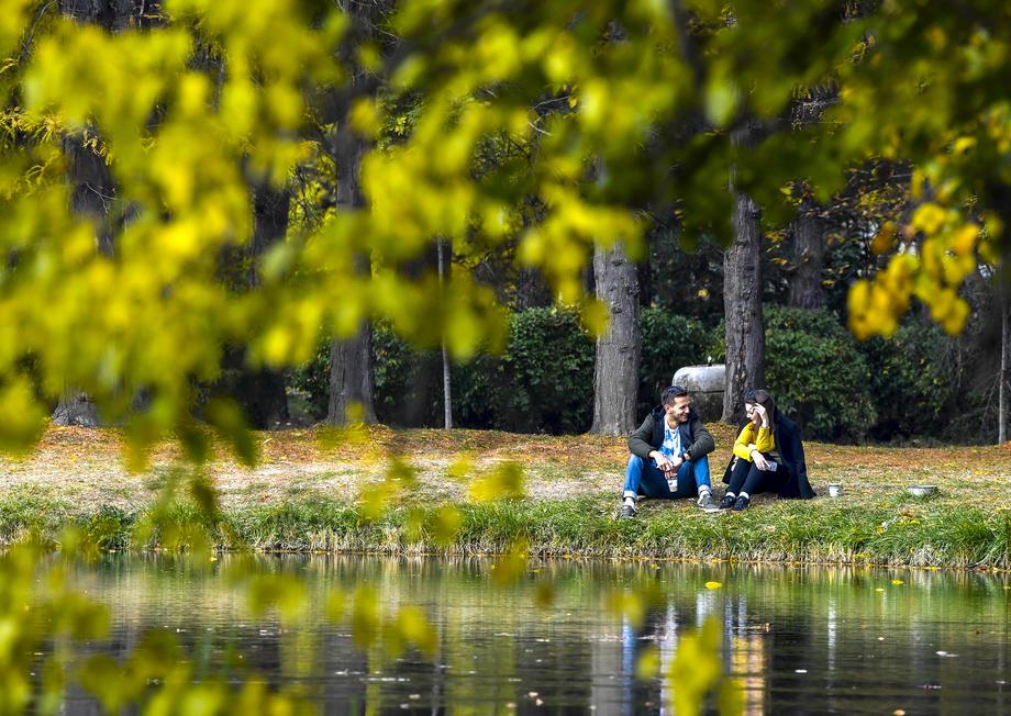 Скопје Градски парк есен коронавирус пар