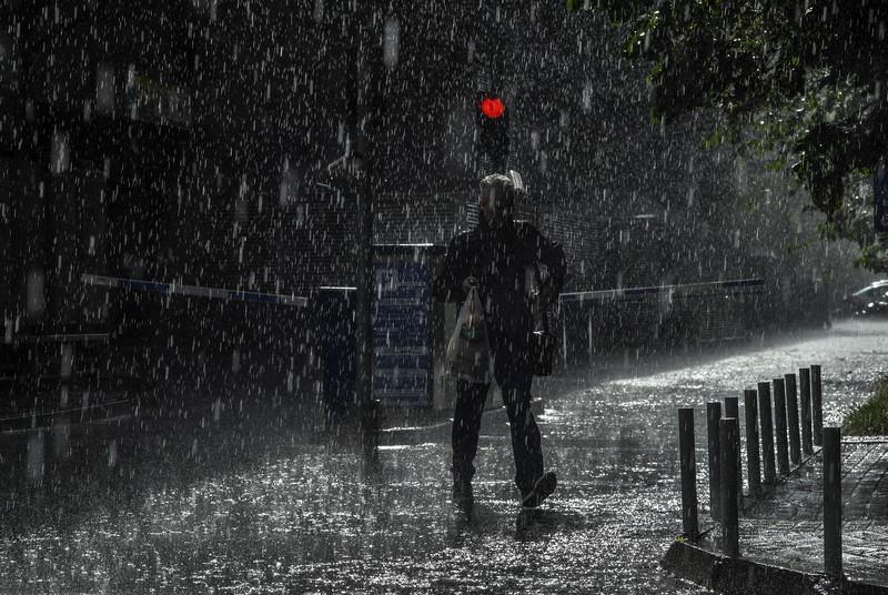 Дожд Скопје улица влажни коловози